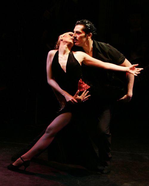 Иначе и не бывает: танго - самый чувственный танец - предназначен только для двоих.  Это - диалог пары, отношения в...