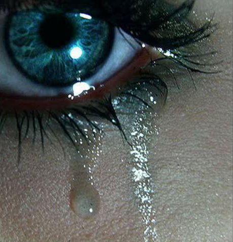 Почему плачет женщина?